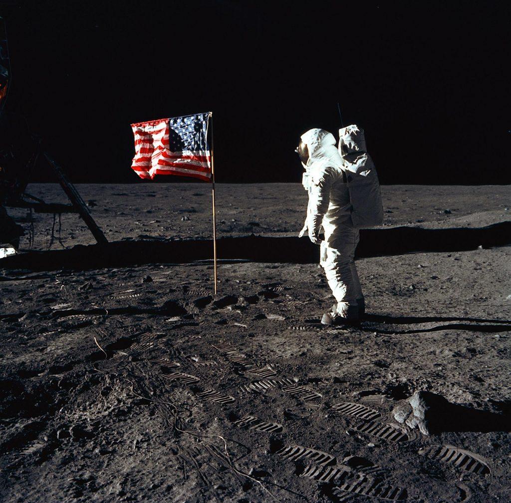 01-11-17Moon landing